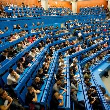 Studierende im Tiefenhörsaal während einer Vorlesung